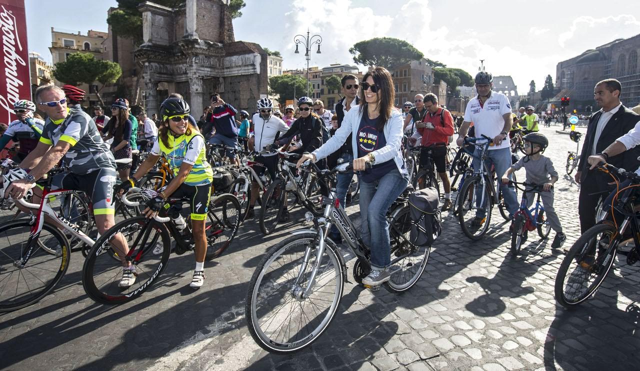 """Roma: alla """"Pedalata solidale per Amatrice"""", anche Virginia Raggi"""